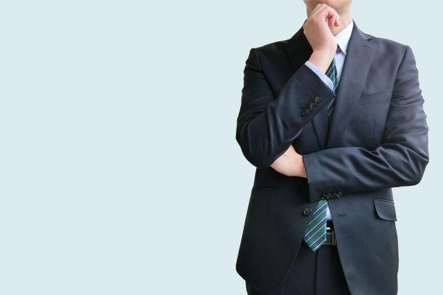 ファクタリングについて考えるビジネスマン